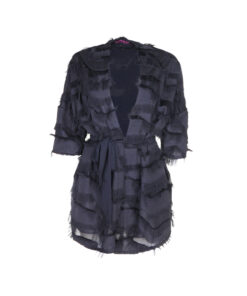 Giacca kimono con manica 3/4 ampia. Cinta del medesimo tessuto.